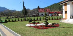 Trnovo vrt smaragd travnik 8